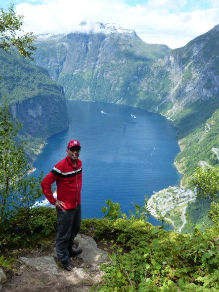 View from the Løsta viewpoint 500 metres above the Geirangerfjord