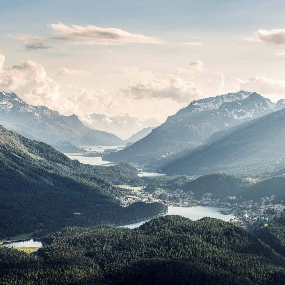 View from Muottas Muragl on St. Moritz and the Upper Engadin lakes (Photo: Graubünden Ferien/Andrea Badrutt)